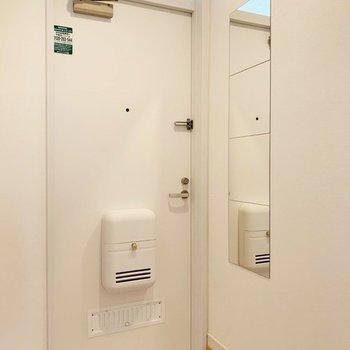【完成イメージ】玄関にはミラーとコート掛けを設置!しっかり高さも計算されています