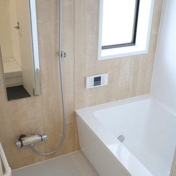 ゆったり新品お風呂。木目のシートが癒やし空間を演出します。