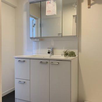 【完成イメージ】新品の洗面台を設置。鏡面収納になっているので生活感も隠せる便利なもの。