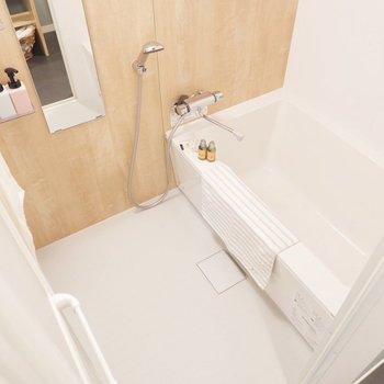 浴室は柔らかなブラウンが優しい空間。