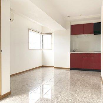 リビングスペースと(※写真は8階の同間取り別部屋のものです)