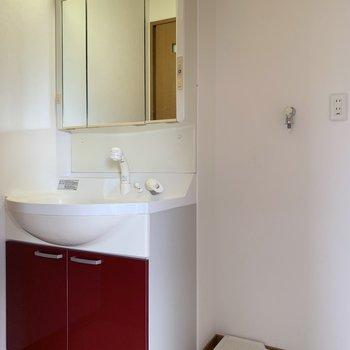 洗面台にも赤色を!(※写真は8階の同間取り別部屋のものです)
