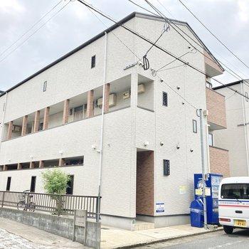 同じような外観の建物が横にもあります。