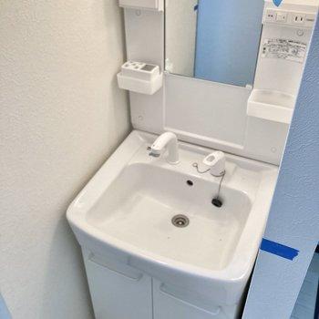 手前にはコンパクトな洗面台スペース。(※写真は清掃前のものです)