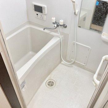 お風呂にはテレビもついています。嬉しい〜!(※写真は清掃前のものです)