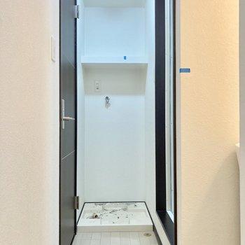 降りてすぐ左側に水回り。突き当たりは洗濯機置き場です。(※写真は清掃前のものです)