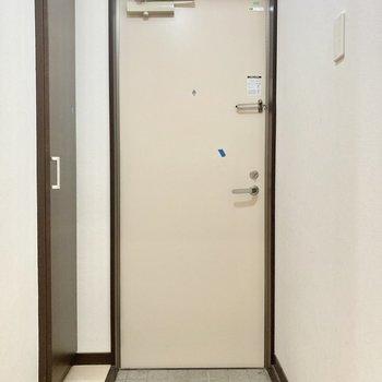 玄関はコンパクトサイズ。(※写真は清掃前のものです)