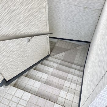 階段上がって2階まで。