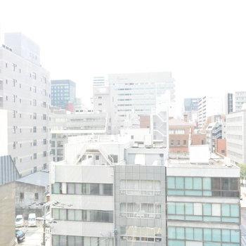 オフィス街の真ん中です(※写真は7階の別部屋からのものです)