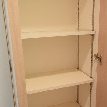 さらに横には小物をしまえるスペースも(※写真は7階の同間取り別部屋のものです)