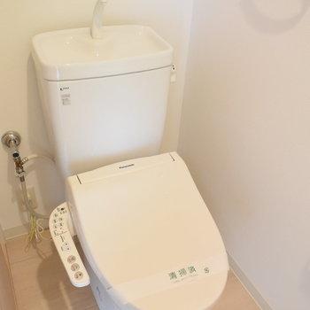 トイレはもちろんウォシュレット付き(※写真は7階の同間取り別部屋のものです)