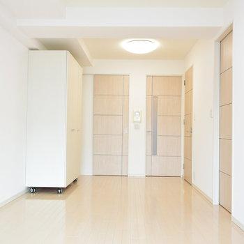 キッチンスペースも扉があるので、すっきりして見えます(※写真は7階の同間取り別部屋のものです)