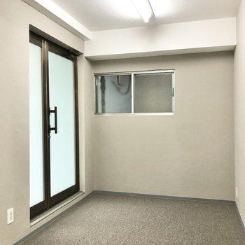 玄関は2つあります。こちらが正面の入り口。受付テーブルや靴箱など設置できます。