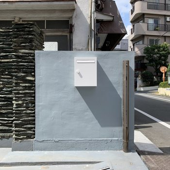 新しく作られた玄関とポストです。