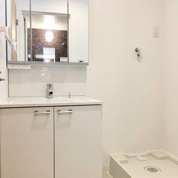 洗面台は収納たっぷり! (※写真は5階の同間取り別部屋のものです)
