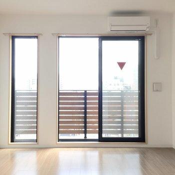 高さのある窓で開放感も溢れてます。 (※写真は5階の同間取り別部屋のものです)