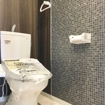 トイレは高級感ある大人な空間。 (※写真は4階の同間取り別部屋のものです)