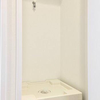 洗濯パンは扉で隠せるタイプ。 (※写真は4階の同間取り別部屋のものです)