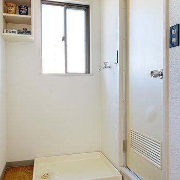洗濯機はサニタリーの横!小窓や棚つきですよ。