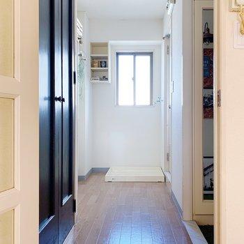 では廊下へ。まずは左の手前にある黒い扉を開けると…