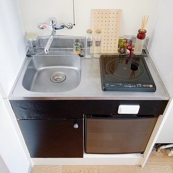 キッチンはコンパクト。小さい冷蔵庫もついてますよ◎