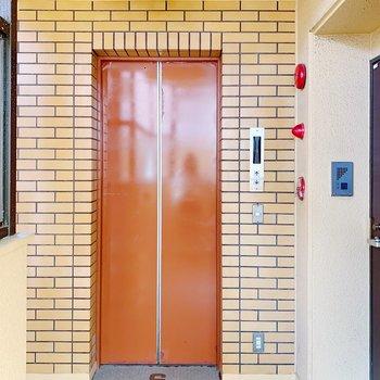 毎日このオレンジのエレベーターを使えると思うとテンション上がります…!