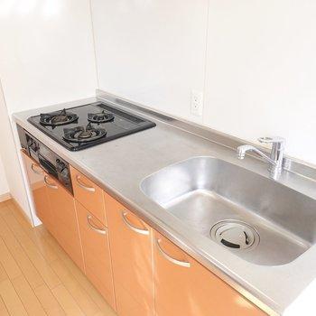 シンクが広いので洗い物が多くなる手の込んだ料理もお手の物。(※写真は9階の同間取り別部屋のものです)