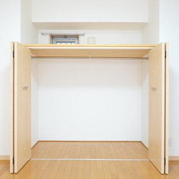 少し低い位置にハンガーパイプがあり、飾るように服を収納できます。(※写真は9階の同間取り別部屋のものです)