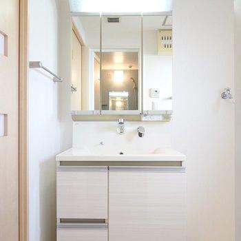 その左には大きな鏡でゆったり使えそうな洗面台。(※写真は9階の同間取り別部屋のものです)
