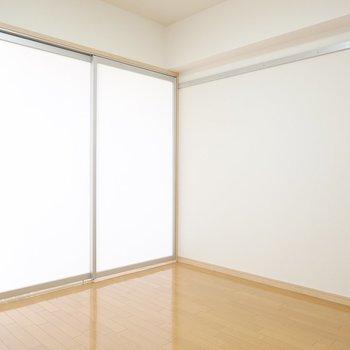 リビングと洋室を仕切るのは半透明の引き戸。閉めてもお部屋を明るく保てます。(※写真は9階の同間取り別部屋のものです)