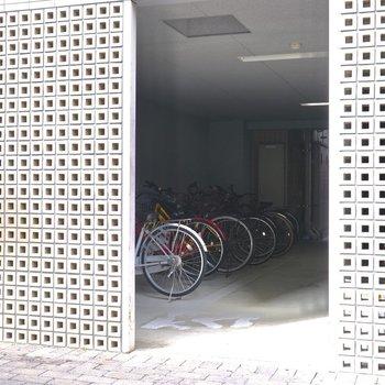 その右横には屋内駐輪場があります。