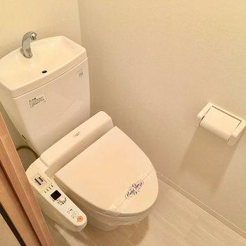 トイレはウォシュレット付き。(※写真は6階の同間取り別部屋のものです)