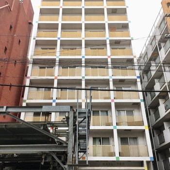 カラフルな4角がいっぱいの10階建てのマンションです。