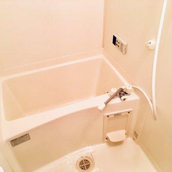 お風呂はゆったりめ。毎日の疲れを癒やしたいなぁ〜!(※写真は6階の同間取り別部屋のものです)