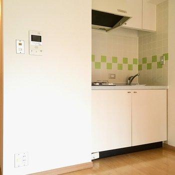 キッチンの横に冷蔵庫は置けるかな・・・?(※写真は6階の同間取り別部屋のものです)