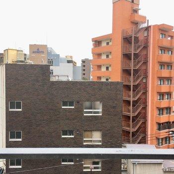 眺望は薬院の街並みです。(※写真は6階の別部屋からのものです)