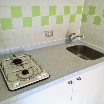 キッチンは2口コンロ。ただシンクは小さめ・・・(※写真は6階の同間取り別部屋のものです)
