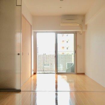 洋室はコンパクトな4帖。寝室になりそうですね。(※写真は6階の同間取り別部屋のものです)
