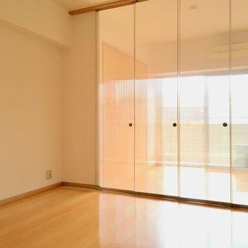リビングと洋室は透け扉で仕切ることが出来ますよ〜!(※写真は6階の同間取り別部屋のものです)