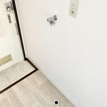 玄関前に洗濯機置き場がありますよ。