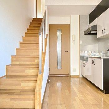 ほっこりな雰囲気と階段が素敵なお部屋です◯