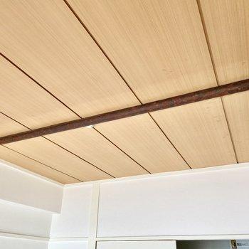 【ディティール】引き戸手前の天井には梁が渡されています。