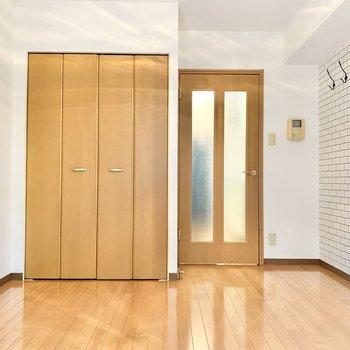 ナチュラルなデザインのフローリングと扉です。