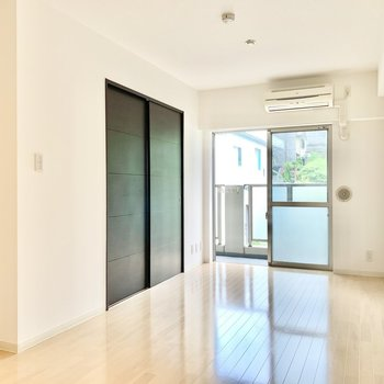 【LDK】濃い色の仕切り戸がお部屋のアクセントに。