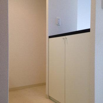 キッチンスペースがしっかり確保されています。(※写真は9階の反転間取り別部屋、清掃前のものです)