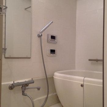 たまご型の浴槽が可愛らしい!(※写真は9階の反転間取り別部屋、清掃前のものです)