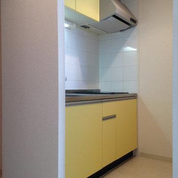 2口コンロのシステムキッチン。(※写真は9階の反転間取り別部屋、清掃前のものです)