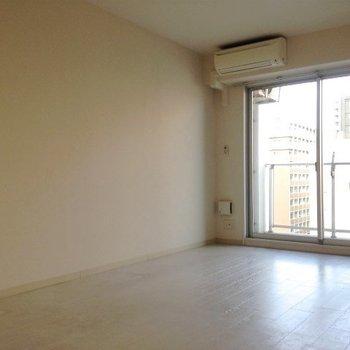 シンプルな空間です。(※写真は9階の反転間取り別部屋、清掃前のものです)
