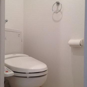 ウォシュレット付きのトイレ。(※写真は9階の反転間取り別部屋、清掃前のものです)