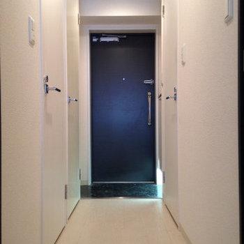 足元の照明で玄関もおしゃれに。(※写真は9階の反転間取り別部屋、清掃前のものです)